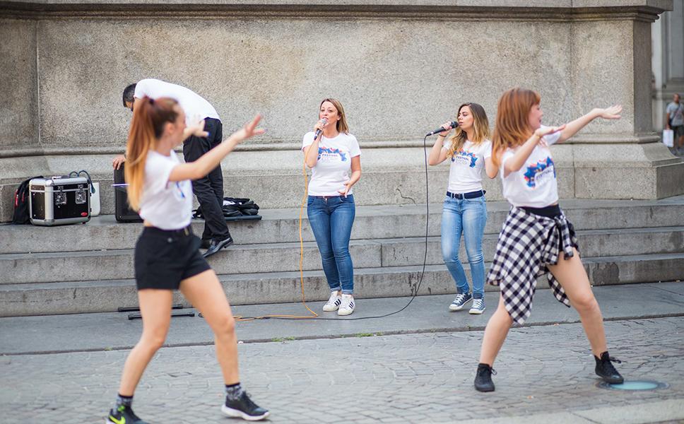 Flashmob con cantanti e ballerini a Torino di BwithC