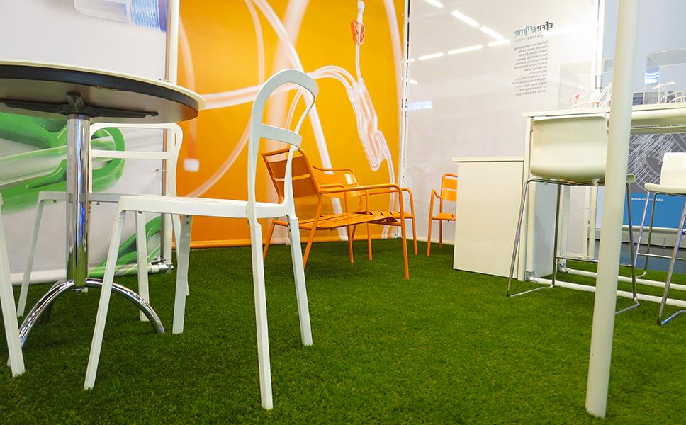 Dettaglio pavimentazione in erba sintetica dello stand a Vienna con pareti in tessuto e tubolare. Stand fieristici BwithC