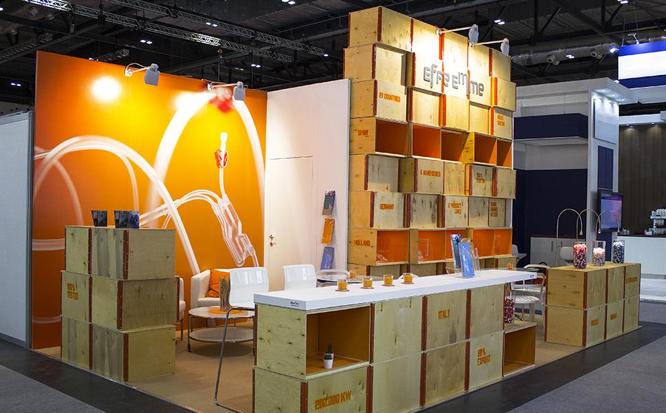 Vista generale dello stand ecocompatibile a Londra con pareti realizzato con materiale di riciclo. Stand fieristici BwithC